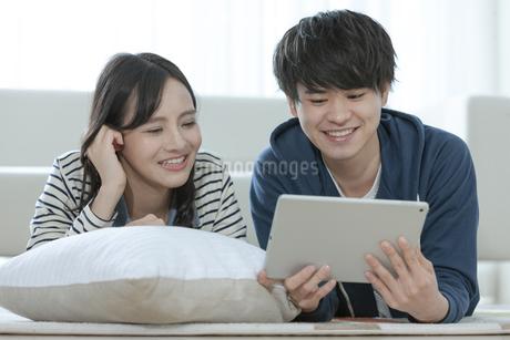 タブレットPCを見るカップルの写真素材 [FYI03416723]