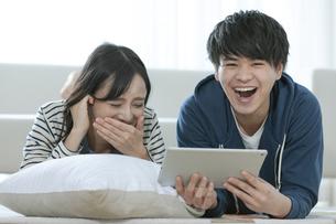 タブレットPCを見るカップルの写真素材 [FYI03416724]