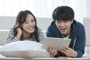 タブレットPCを見るカップルの写真素材 [FYI03416725]