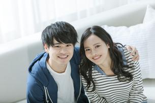 笑顔で寄り添うカップルの写真素材 [FYI03416729]