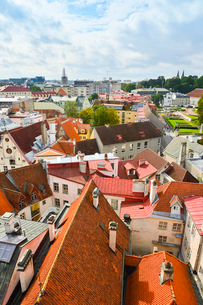 エストニア・タリン旧市街の旧市庁舎の塔から見た色々カラフルな建物見える旧市街と遠くに見える新市街・旧市街は世界遺産の写真素材 [FYI03416734]
