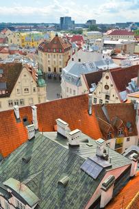 エストニア・タリン旧市街の旧市庁舎の塔から見た色々カラフルな建物見える旧市街と遠くに見える新市街・旧市街は世界遺産の写真素材 [FYI03416735]