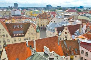 エストニア・タリン旧市街の旧市庁舎の塔から見た色々カラフルな建物見える旧市街と遠くに見える新市街・旧市街は世界遺産の写真素材 [FYI03416736]