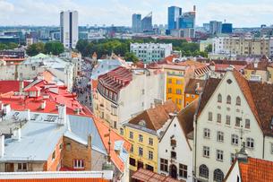 エストニア・タリン旧市街の旧市庁舎の塔から見た色々カラフルな建物見える旧市街と遠くに見える新市街・旧市街は世界遺産の写真素材 [FYI03416739]