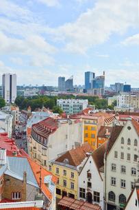 エストニア・タリン旧市街の旧市庁舎の塔から見た色々カラフルな建物見える旧市街と遠くに見える新市街・旧市街は世界遺産の写真素材 [FYI03416740]