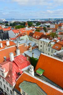 エストニア・タリン旧市街の旧市庁舎の塔から見た色々カラフルな建物見える旧市街と遠くに見える新市街・旧市街は世界遺産の写真素材 [FYI03416741]
