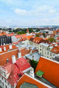 エストニア・タリン旧市街の旧市庁舎の塔から見た色々カラフルな建物の旧市街と遠くに見える新市街・旧市街は世界遺産の写真素材 [FYI03416743]