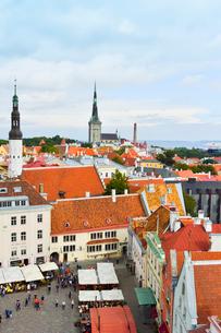 エストニア・タリン旧市街の旧市庁舎の塔から見た色々カラフルな建物と聖霊教会の尖塔と聖オレフ教会の尖塔の見える旧市街・旧市街は世界遺産の写真素材 [FYI03416744]