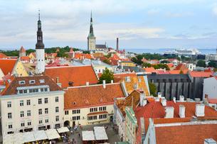 エストニア・タリン旧市街の旧市庁舎の塔から見た色々カラフルな建物と聖霊教会の尖塔と聖オレフ教会の尖塔の見える旧市街・旧市街は世界遺産の写真素材 [FYI03416745]