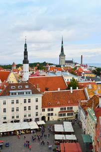 エストニア・タリン旧市街の旧市庁舎の塔から見た色々カラフルな建物と聖霊教会の尖塔と聖オレフ教会の尖塔の見える旧市街・旧市街は世界遺産の写真素材 [FYI03416746]