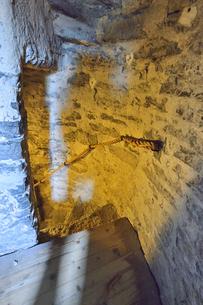 エストニア・タリン旧市街の旧市庁舎の塔の中の石で作られた階段・旧市街は世界遺産の写真素材 [FYI03416748]