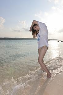 水着の若い女性の写真素材 [FYI03416785]
