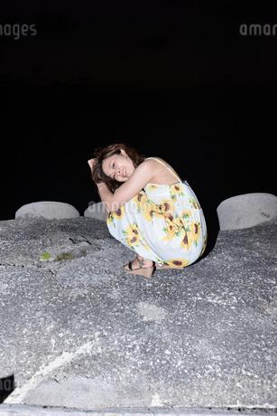 夜の海岸でポートレートの写真素材 [FYI03416799]
