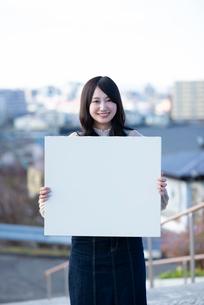 ホワイトボードを持つ若い女性の写真素材 [FYI03416841]