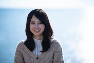 海で微笑む女性の写真素材 [FYI03416850]
