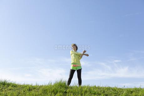 ストレッチをする女性の写真素材 [FYI03416858]