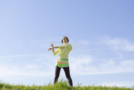ストレッチをする女性の写真素材 [FYI03416859]