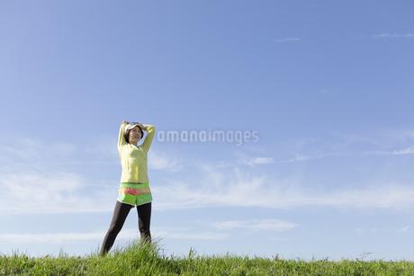 ストレッチをする女性の写真素材 [FYI03416860]