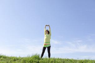 ストレッチをする女性の写真素材 [FYI03416861]