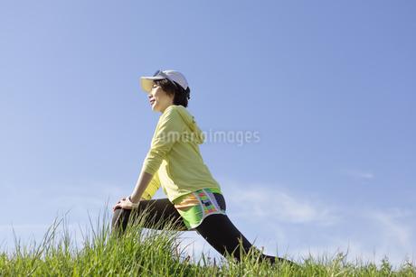 ストレッチをする女性の写真素材 [FYI03416864]
