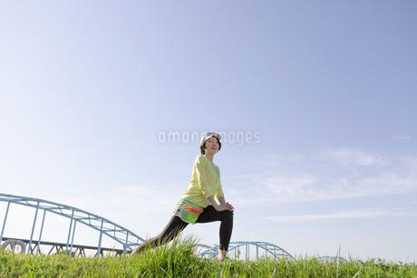 ストレッチをする女性の写真素材 [FYI03416865]