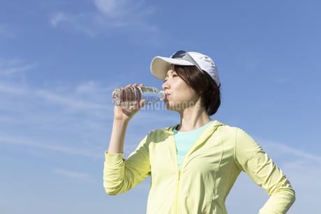運動中に水分補給する女性の写真素材 [FYI03416891]