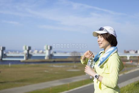 運動中に水分補給する女性の写真素材 [FYI03416896]