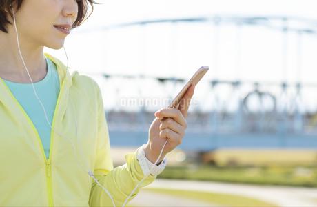 運動中に音楽を聞く女性の写真素材 [FYI03416902]