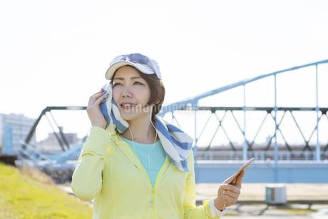 運動中に音楽を聞く女性の写真素材 [FYI03416905]