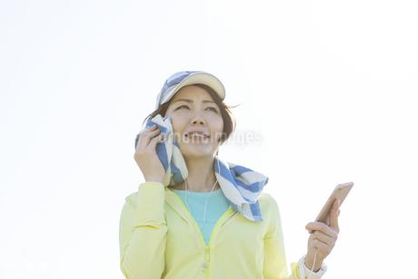 運動中に音楽を聞く女性の写真素材 [FYI03416907]