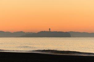 日の出前の江の島の写真素材 [FYI03416927]