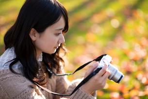 カメラを構える女性の写真素材 [FYI03416960]