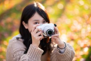 カメラを構える女性の写真素材 [FYI03416961]