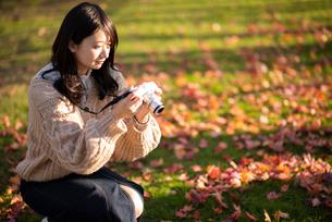 カメラを構える女性の写真素材 [FYI03416965]