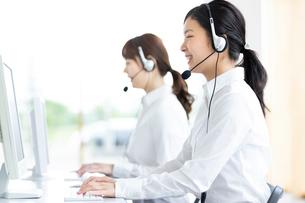 電話応対をするオペレーター女性の写真素材 [FYI03417000]