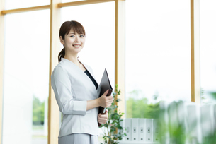 笑顔のビジネスウーマンの写真素材 [FYI03417012]