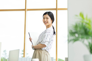 笑顔のビジネスウーマンの写真素材 [FYI03417013]