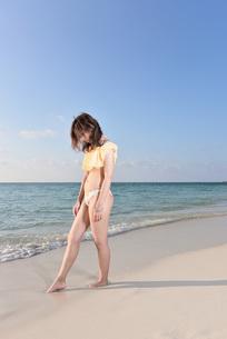 水着の若い女性の写真素材 [FYI03417158]