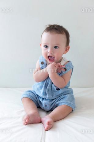 9か月ハーフの男児が座っているポートレイトの写真素材 [FYI03417165]