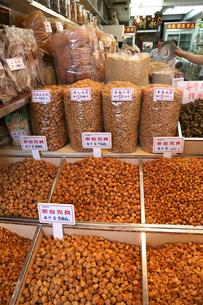 西營盤にある徳輔道西(デ・ヴー・ロード・ウェスト)の「海味街」で売られる干し貝柱などの高級中華食材。乾貨とも呼ばれる。この日本の宗谷産が最高級。後方は干しエビの写真素材 [FYI03417167]