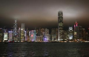 香港・九龍から香港島を望むビクトリア湾の夜景。の写真素材 [FYI03417174]