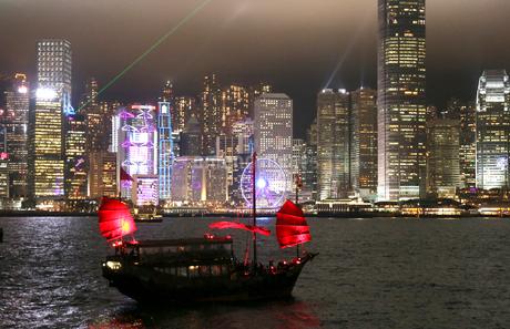 香港・九龍から香港島を望むビクトリア湾の夜景。船は観光ジャンク船「アクアルナ」の写真素材 [FYI03417175]