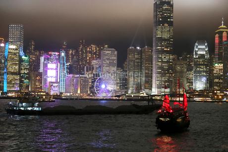 香港・九龍から香港島を望むビクトリア湾の夜景。船は観光ジャンク船「アクアルナ」の写真素材 [FYI03417177]
