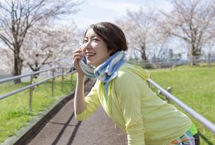 タオルで汗を拭く女性の写真素材 [FYI03417252]