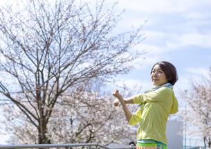 ストレッチをする女性の写真素材 [FYI03417255]