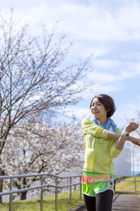ストレッチをする女性の写真素材 [FYI03417256]