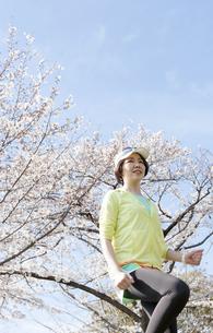 ジョギングする女性の写真素材 [FYI03417278]