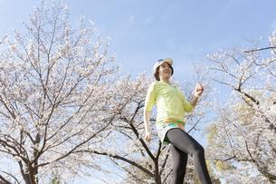 ジョギングする女性の写真素材 [FYI03417279]