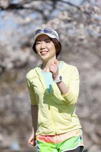 ジョギングする女性の写真素材 [FYI03417282]