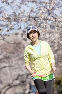 ジョギングする女性の写真素材 [FYI03417283]